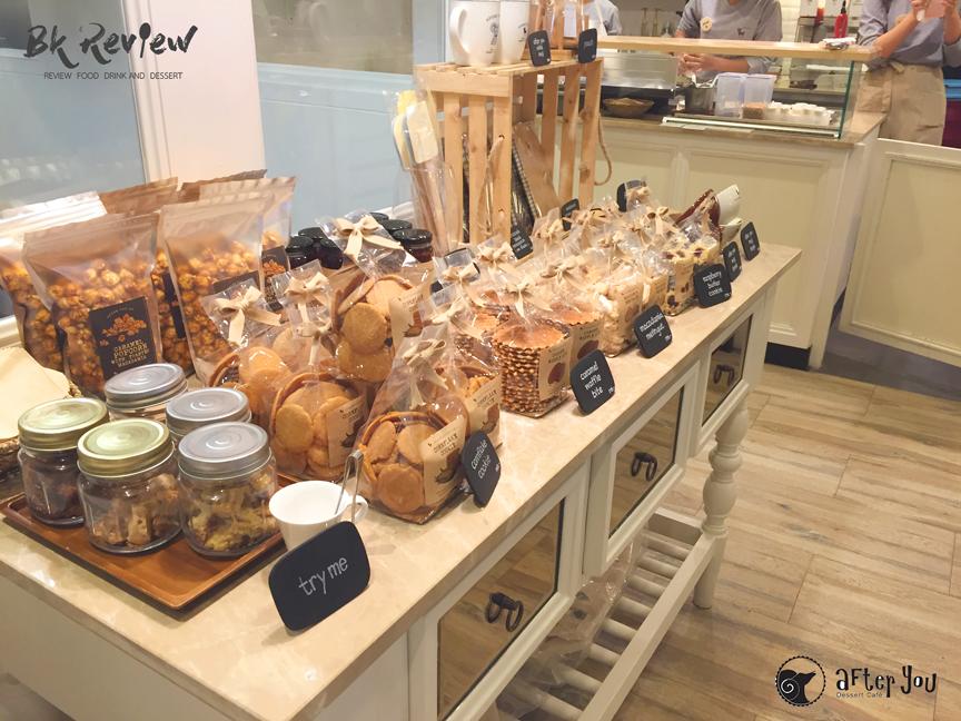 บรรยากาศตรงส่วนของสินค้าที่วางขายในร้าน ไม่ว่าจะเป็นขนมปัง คุ๊กกี้ ป๊อปคอร์น และของใช้อย่างเช่น แก้วกาแฟ และอื่นๆอีกมากมายให้เพื่อนๆซื้อกลับบ้านได้