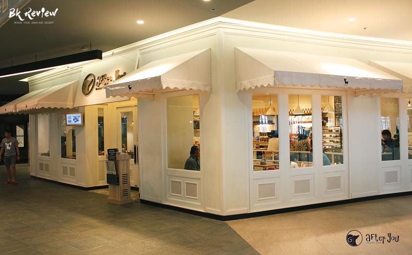 บรรยากาศร้านอาฟเตอร์ยู(After You) สาขา ฟิวเจอร์พาร์ค รังสิต ร้านสีขาวตกแต่งสไตล์เรียบๆแต่อบอวลไปด้วยความน่ารักกับโคมไฟสีเหลืองอ่อน
